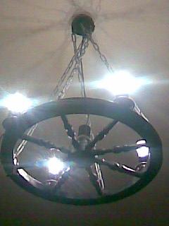 Самодельная люстра из колеса веретена