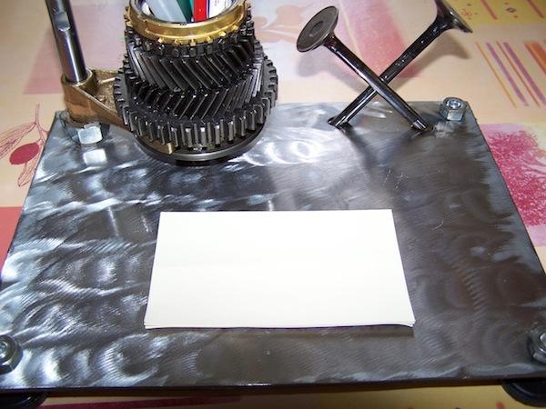 Офисный набор из запчастей двигателя