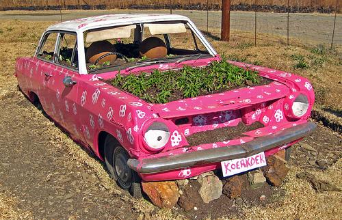 Клумба из старого авто
