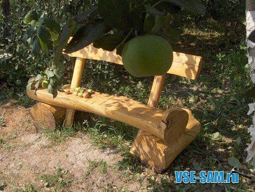 Массивная мебель из бревен. В саду