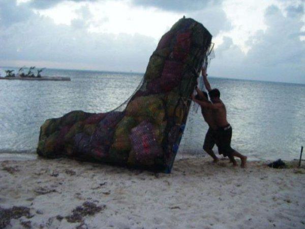 Искусственный остров из пластиковых бутылок