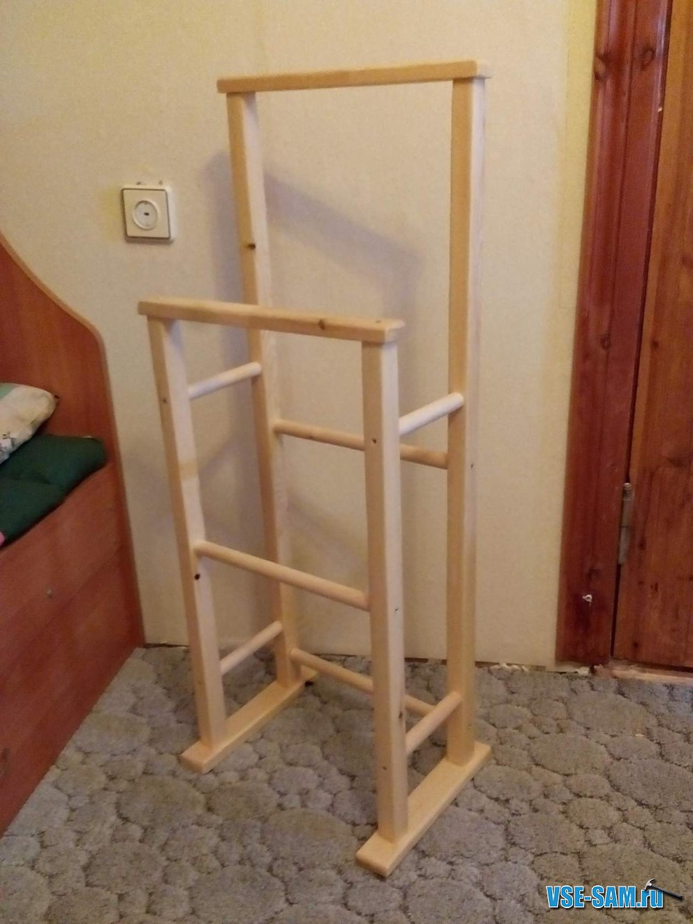Самодельная напольная вешалка для одежды